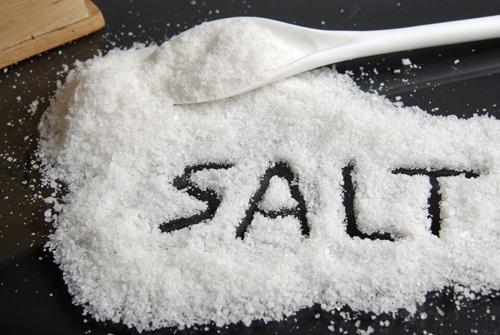 muối giúp lau sạch vết ố vàng trên kính