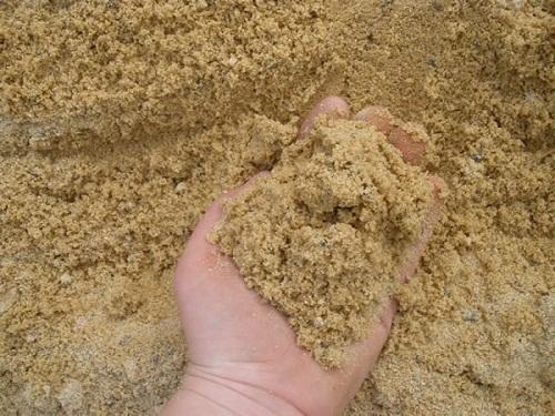 cát mịn làm sạch vôi bám trên mặt kính